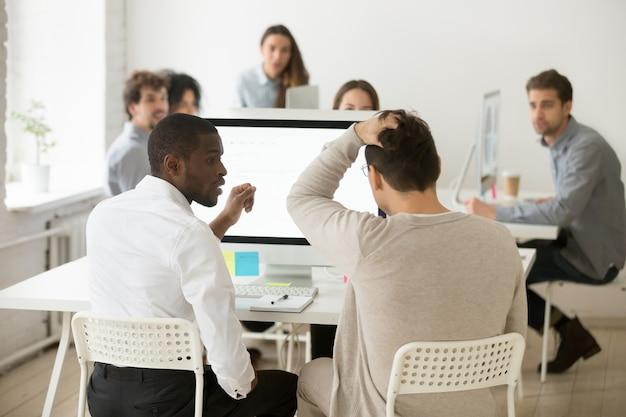 Achtermening van beklemtoond geschokt zakenman gerealiseerd probleem in bureau Gratis Foto