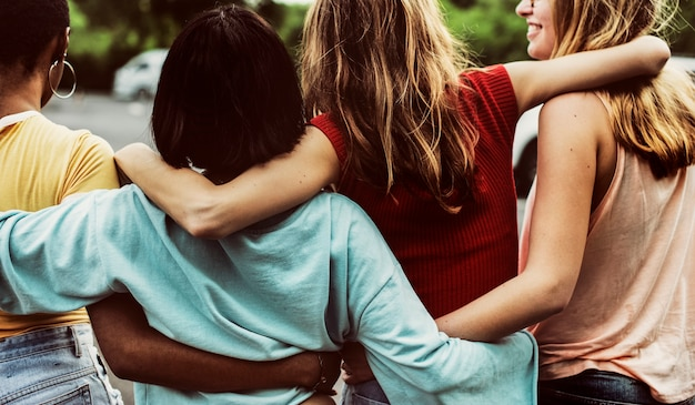 Achtermening van een groep diverse vrouwenvrienden die samen lopen Gratis Foto