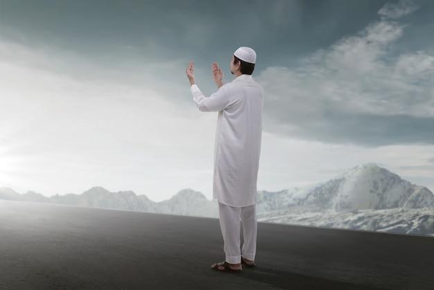 Achtermening van het aziatische moslimmens bidden Premium Foto