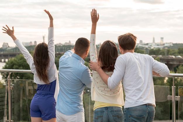 Achtermeningsgroep vrienden op een terras Gratis Foto