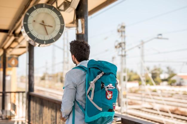 Achtermeningsreiziger die klok bekijken Gratis Foto