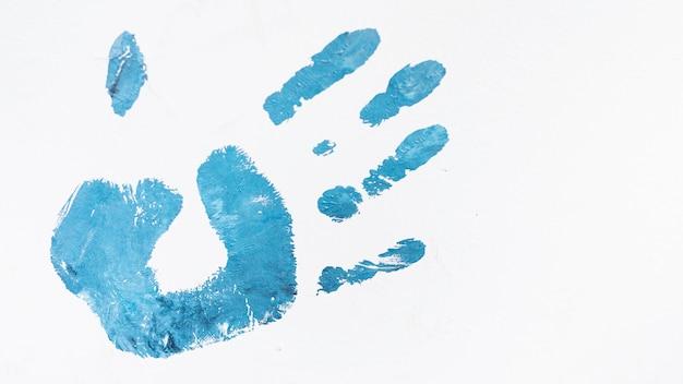 Acryl blauwe menselijke die palmprint op witte achtergrond wordt geïsoleerd Gratis Foto