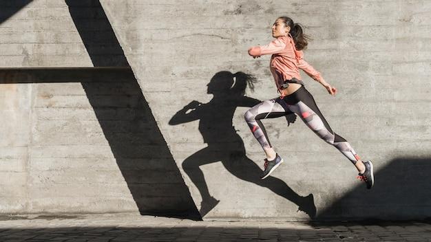 Actieve jonge vrouw training buiten Premium Foto