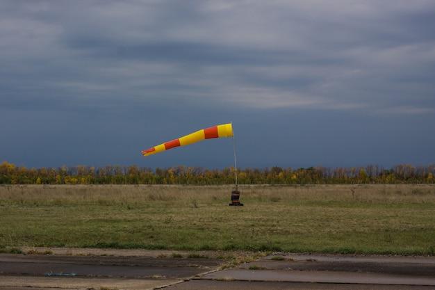 Actieve windzak op de luchthaven Premium Foto