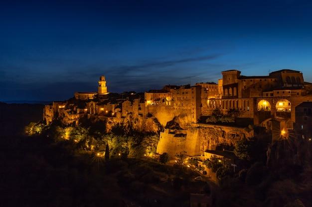 Adembenemend avondlandschap in het museum van palazzo orsini in italië Gratis Foto