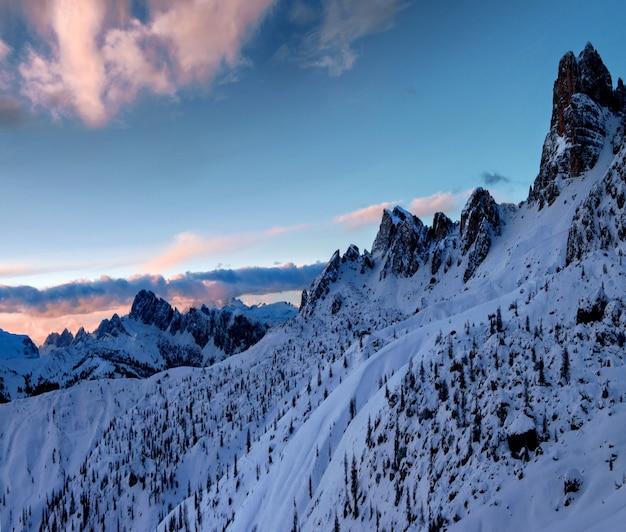 Adembenemend landschap van de besneeuwde rotsen bij dolomiten, italiaanse alpen in de winter Gratis Foto