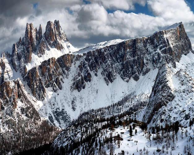 Adembenemend landschap van de besneeuwde rotsen onder de bewolkte hemel bij dolomiten, italiaanse alpen in de winter Gratis Foto