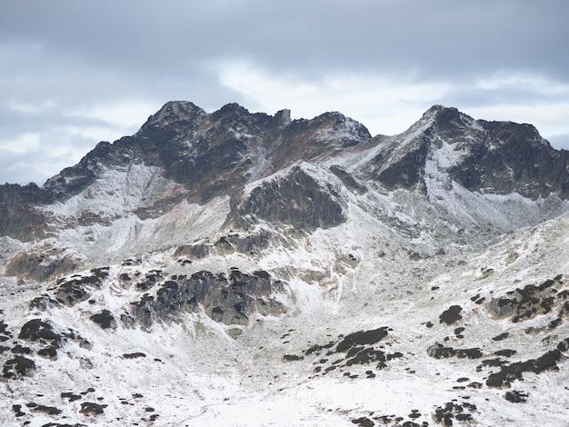 Adembenemend landschap van hoge rockytatra-bergen bedekt met sneeuw in polen Gratis Foto