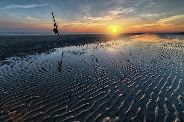 Adembenemend ochtendlandschap van de opkomende zon boven de oceaan Gratis Foto