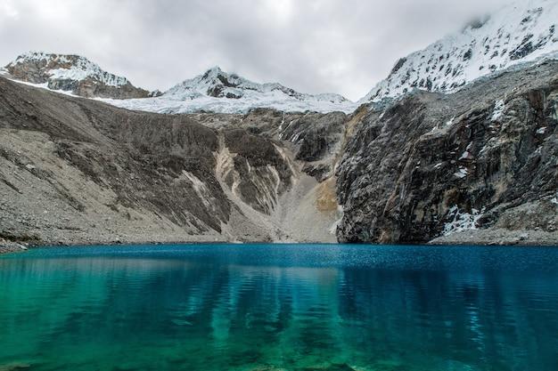 Adembenemend uitzicht op bergen en de oceaan bij een nationaal park in peru Gratis Foto