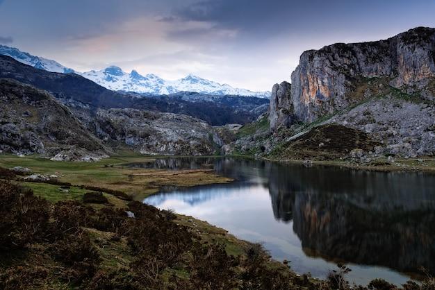 Adembenemend uitzicht op de rotsachtige bergen weerspiegeld in het water Gratis Foto