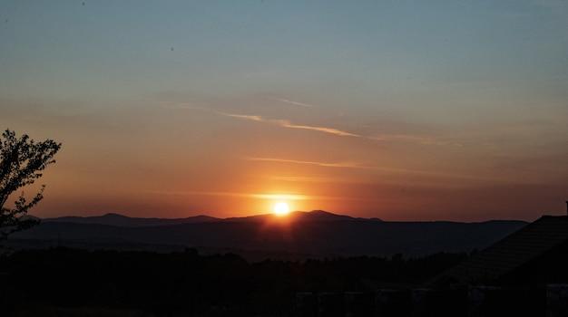 Adembenemend uitzicht op een zonsondergang en silhouetten Gratis Foto