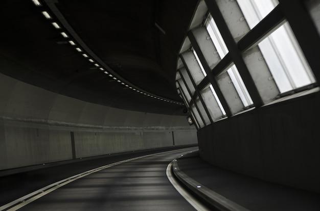 Adembenemend uitzicht op verlichte tunnelweg Gratis Foto