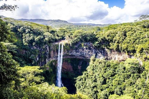Adembenemende hoge hoek opname van de chamarel waterval in mauritius Gratis Foto