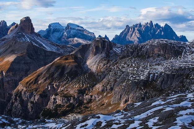 Adembenemende opname van de vroege ochtend in de italiaanse alpen Gratis Foto