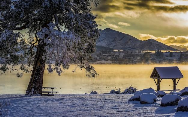 Adembenemende opname van het lake wanaka in het dorp wanaka, nieuw-zeeland Gratis Foto