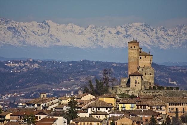 Adembenemende opname van het stadsbeeld met de achtergrond van de met sneeuw bedekte bergen Gratis Foto