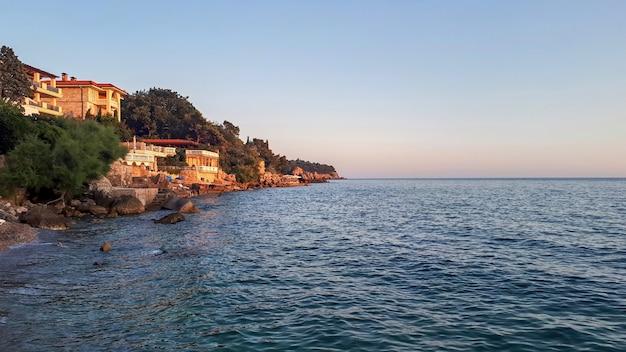 Adriatische zeekust in sutomore in montenegro Gratis Foto