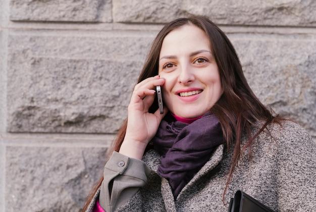 Advocaat die telefonisch spreekt Gratis Foto