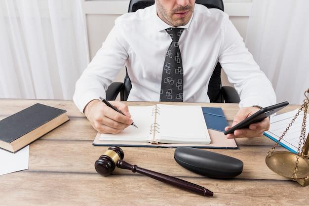 Advocaat met smartphone Gratis Foto