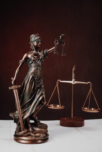 Advocatenkantoren van advocaten juridisch standbeeld griekse blinde godin themis bronzen metalen beeldje Premium Foto