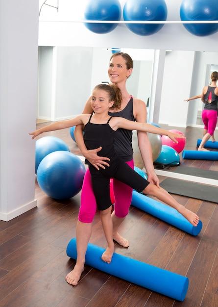 Aerobics vrouw persoonlijke trainer van kinderen meisje Premium Foto