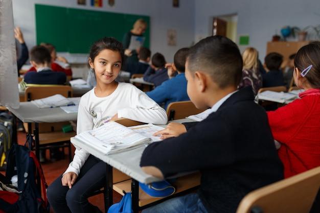Afbeelding met een meisje en haar collega op de eerste dag terug naar school Premium Foto