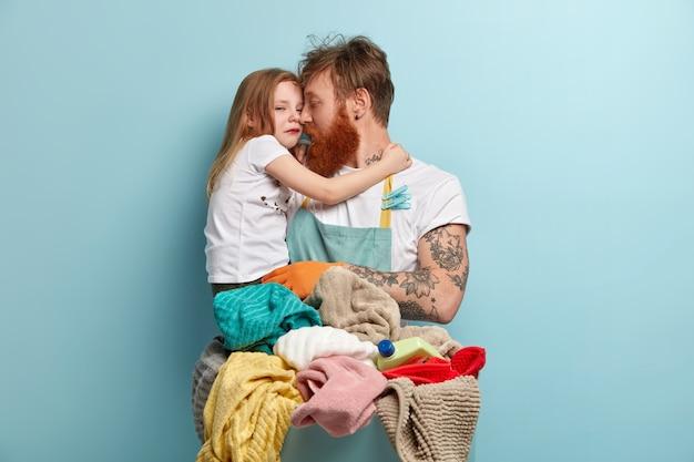Afbeelding van alleenstaande vader houdt huilende kleine dochter Gratis Foto