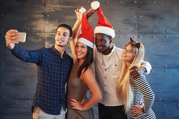 Afbeelding van een groep van multi-etnische vrienden die nieuwjaar vieren Premium Foto