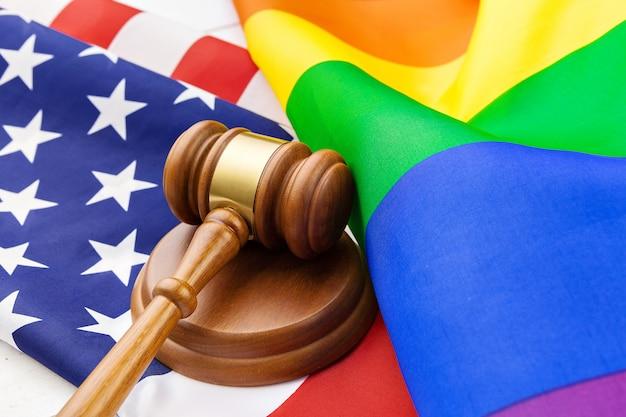 Afbeelding van een lgbt-regenboogvlag en een amerikaanse vlag. Premium Foto