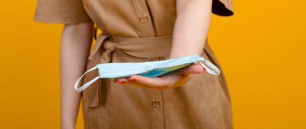 Afbeelding van vrouwelijke handen met blauw masker healthcare covid 19 besmetting door uitbraak Premium Foto