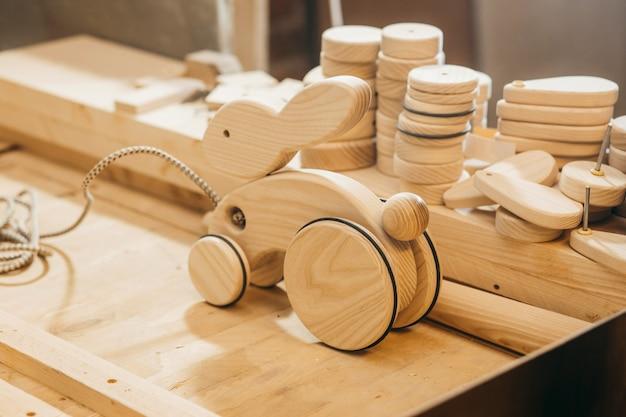 Afgewerkt handgemaakt houten speelgoed in werkplaats Premium Foto