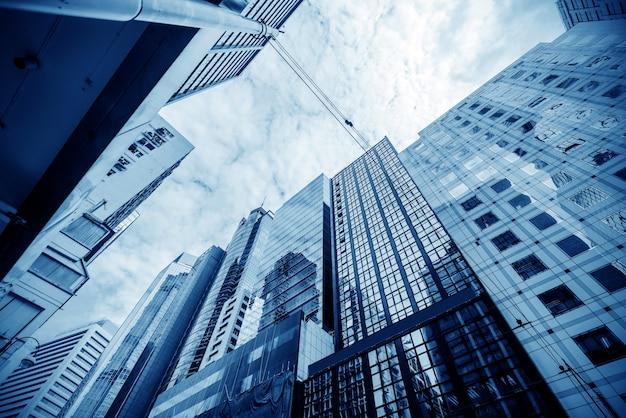 Afgezwakt beeld van moderne kantoorgebouwen in het centrum van hong kong. Premium Foto