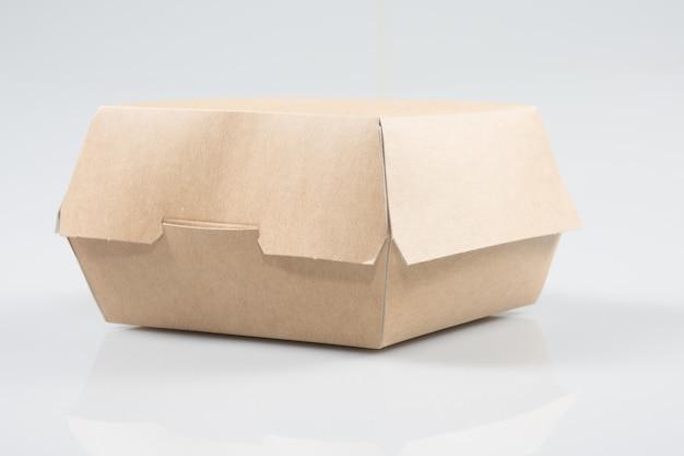 Afhaalmaaltijden hamburger box op witte achtergrond Premium Foto