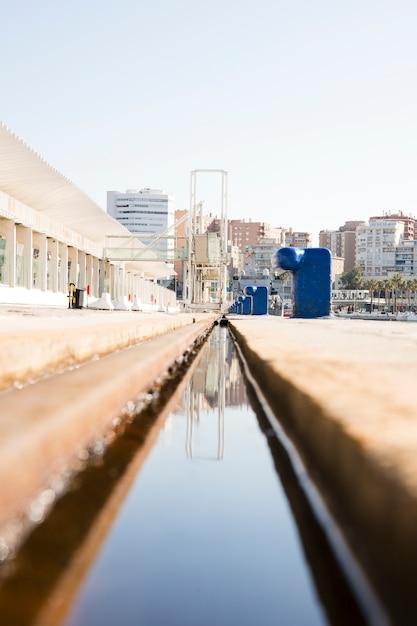 Afnemend perspectief van waterkanaal dichtbij het dok Gratis Foto