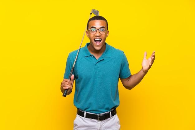 African american golfer speler man met geschokte gelaatsuitdrukking Premium Foto