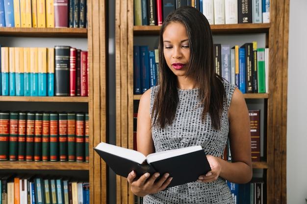African american jongedame leesboek Gratis Foto