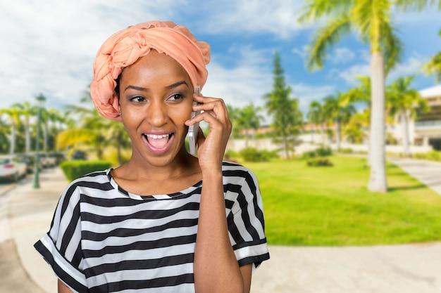African american vrouw met een mobiele telefoon Premium Foto