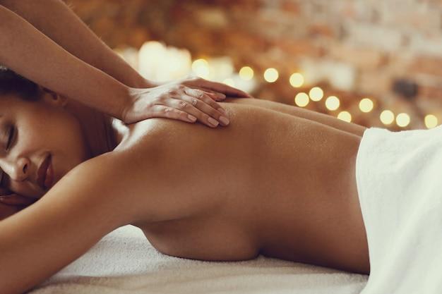 African american vrouw ontvangt een ontspannende massage in de spa Gratis Foto