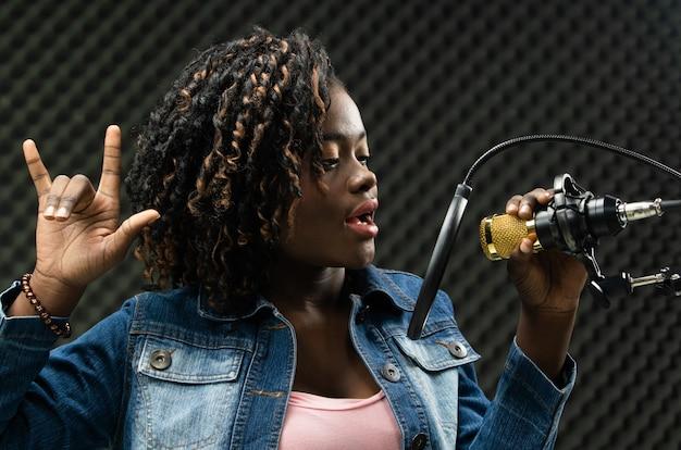 African teenager woman afro haar zingt een lied Premium Foto