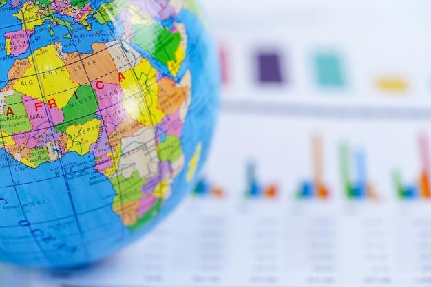 Afrika, globe wereldkaart op grafiek millimeterpapier. financiën, account, statistieken, investering. Premium Foto