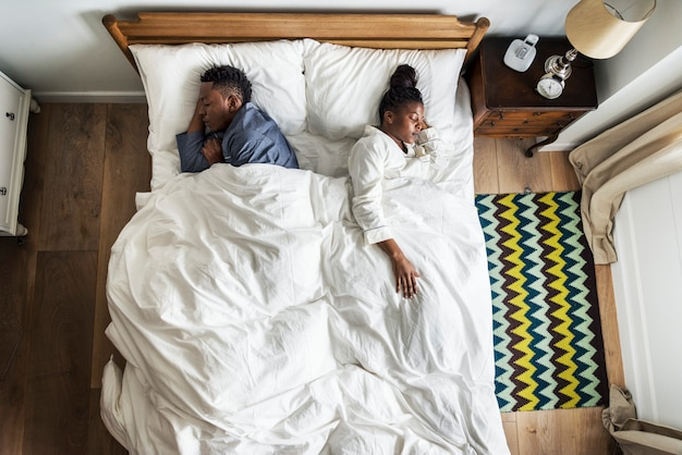 Afrikaans amerikaans paar dat rijtjes slaapt Premium Foto