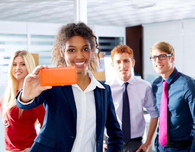 Afrikaans jong uitvoerend selfy multi etnisch team Premium Foto