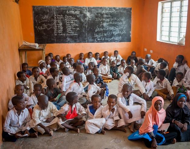 Afrikaans klaslokaal met kinderen 10/12/2018 zanzibar Premium Foto