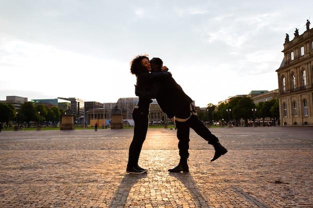 Afrikaanse amerikaanse man die vriendin in de stad koestert Premium Foto