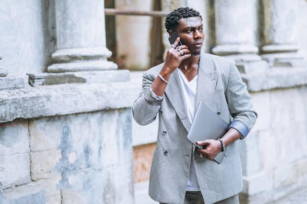 Afrikaanse amerikaanse mens die telefoon met behulp van Gratis Foto