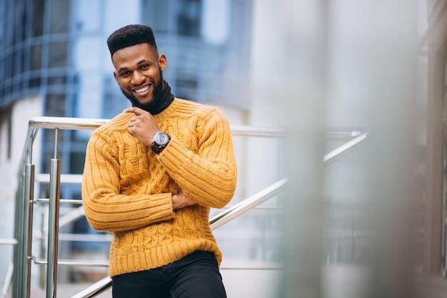 Afrikaanse amerikaanse student die in de straat loopt Gratis Foto
