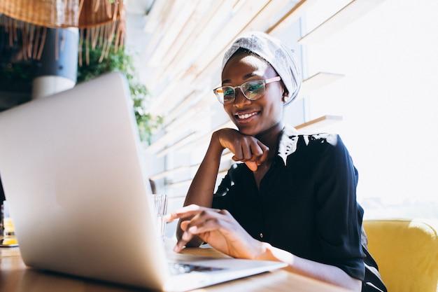 Afrikaanse amerikaanse zakenvrouw met laptop Gratis Foto