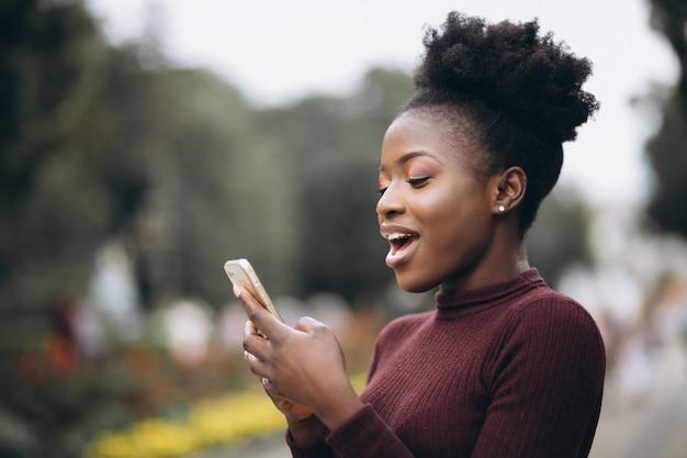 Afrikaanse amerikaanse zakenvrouw met telefoon Gratis Foto