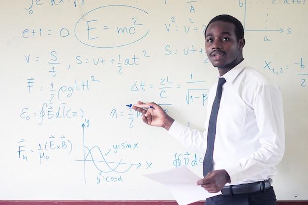 Afrikaanse buitenlandse leraar lesgeven wetenschap in de klas. Premium Foto